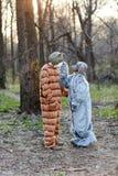 Женщина в маске собаки штрихуя человека одевала как кот Стоковые Фото