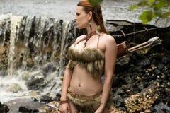 Женщина в мехе одевает с колчаном стрелок Стоковое Изображение RF