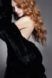 Женщина в мехе с здоровыми волосами Стоковые Изображения
