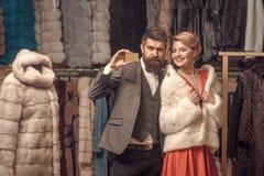 Женщина в меховой шыбе с человеком, покупками, продавцем и клиентом стоковая фотография