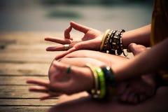 Женщина в медитативном крупном плане положения йоги внешнем Стоковые Фото