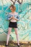 Женщина в мини юбке смотря вниз на земле Стоковые Фото