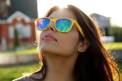 Женщина в модных солнечных очках стоковые фотографии rf
