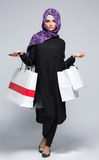 Женщина в мусульманском hijab шарфа Стоковое Фото