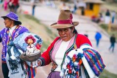 Женщина в национальной одежде держа меньшего ламы в Sacsayhuaman стоковое изображение