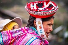 Женщина в национальных красных одежде и шляпе в Cusco стоковое изображение rf
