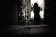 Женщина в нерезкости движения отчаяния стоковые фото
