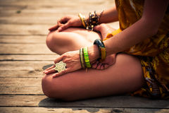 Женщина в нижней части тела медитативного положения йоги внешней Стоковые Изображения RF