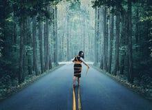 Женщина в оболочке вверх в дороге стоковые изображения rf