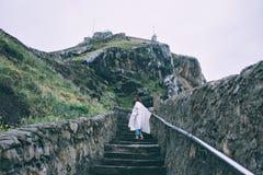 Женщина в одежде моды взбирается вверх лестницы стоковое фото