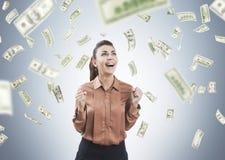 Женщина в дожде коричневого цвета и доллара Стоковые Фотографии RF