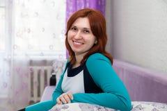 Женщина в домашнем интерьере стоковые изображения rf