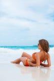 Женщина в оранжевом бикини на тропическом пляже стоковые изображения rf