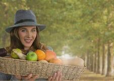 Женщина в осени с корзиной плодоовощ в лесе Стоковое Изображение