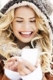 Женщина в отправке СМС одежды зимы Стоковые Фотографии RF