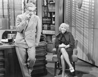 Женщина в офисе принимая диктовку и flirting с человеком (все показанные люди более длинные живущие и никакое имущество не сущест Стоковая Фотография