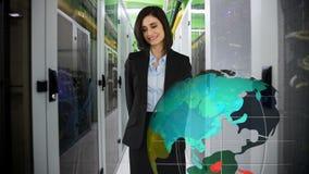 Женщина в офисе указывая на цифровой глобус акции видеоматериалы