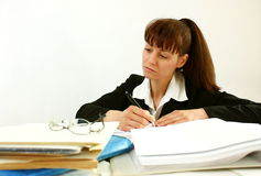 Женщина в офисе стоковые изображения