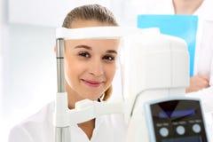 Женщина в офтальмологе Стоковые Фотографии RF