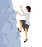 Женщина в одеждах дела взбирается на утесе к верхней части горы Стоковые Фото