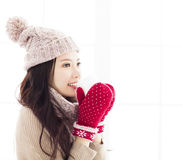 Женщина в одеждах зимы имея горячее питье Стоковая Фотография RF