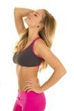 Женщина в одежде фитнеса бортовой возглавляет назад стоковое фото
