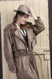 Женщина в пальто и шлеме ковбоя стоковое изображение rf