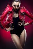 Женщина в пальто типа glam-утеса Стоковое Изображение