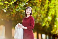 Женщина в Париже на яркий день падения Стоковые Фотографии RF