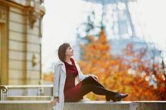 Женщина в Париже на яркий день падения Стоковое фото RF