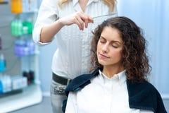 Женщина в парикмахерской стоковые фото