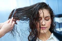 Женщина в парикмахерской стоковые изображения