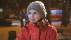 Женщина в парке зимы в вечере наслаждается побежать снег Портрет женщины в вечере в городе видеоматериал
