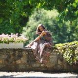Женщина в парке лета стоковая фотография rf