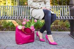 Женщина в парке после ходить по магазинам стоковые изображения rf