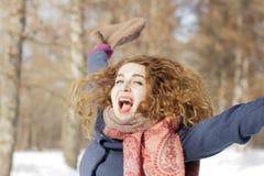 Женщина в парке счастлива о приходя зиме стоковые фотографии rf