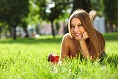 Женщина в парке с книгой Стоковые Фото