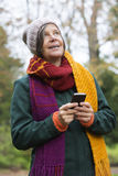 Женщина в парке с телефоном Стоковые Фото