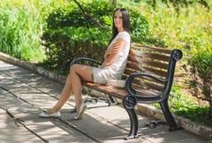 Женщина в парке стоковая фотография