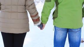 Женщина в пальто зимы с белым мехом и серым цветом связала mittens и Стоковое Фото