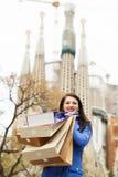 Женщина в пальто с приобретениями против familia Sagrada Стоковое фото RF