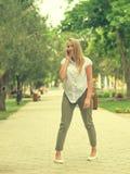 Женщина в переулке парка города говорит Стоковая Фотография RF