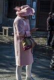 Женщина в пинке используя ее смартфон, городке Dali старом, Китае стоковое фото