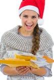 Женщина в письмах рождества удерживания шлема Санта Стоковые Изображения RF