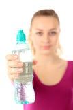 Женщина в питьевой воде sportswear, изолированной на белизне Стоковые Изображения RF