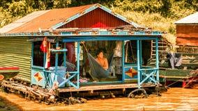 Женщина в плавая деревне на озере сок Tonle Стоковая Фотография RF