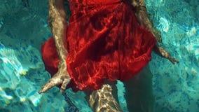 Женщина в платье в воде акции видеоматериалы