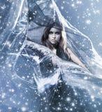 Женщина в платье на дуя silk предпосылке Стоковые Изображения RF