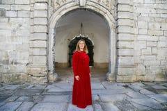 Женщина в платье на замке стоковая фотография