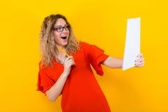 Женщина в платье с чистым листом бумаги и карандашем Стоковое фото RF